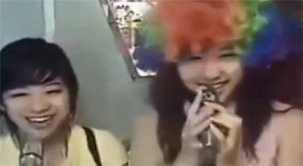 Thật khó để nhận ra Hari Won là người bên phải bức ảnh khi côđi hát karaoke cùng em gái 10 năm trước. - Tin sao Viet - Tin tuc sao Viet - Scandal sao Viet - Tin tuc cua Sao - Tin cua Sao