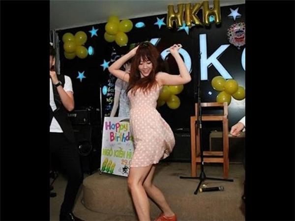 Bạn gái Trấn Thành còn sở hữu vóc dáng tròn trịa và có phần hơi thô. Trong ảnh, Hari Won góp vui với điệu nhảy sôi động trong party mừng sinh nhật Ngô Kiến Huy. - Tin sao Viet - Tin tuc sao Viet - Scandal sao Viet - Tin tuc cua Sao - Tin cua Sao