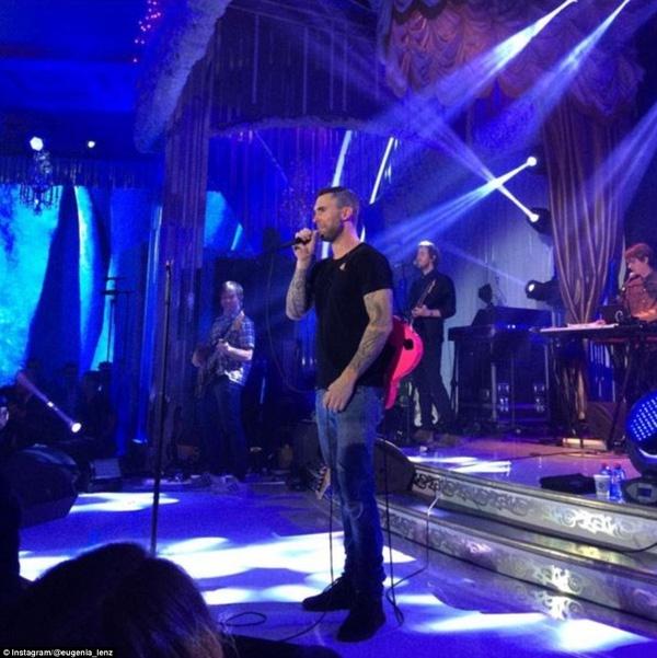 Ca sĩ hát chính trong đêm tiệc chính là ban nhạc Maroon 5, cái tên hẳn không còn xa lạ trên toàn thế giới này.
