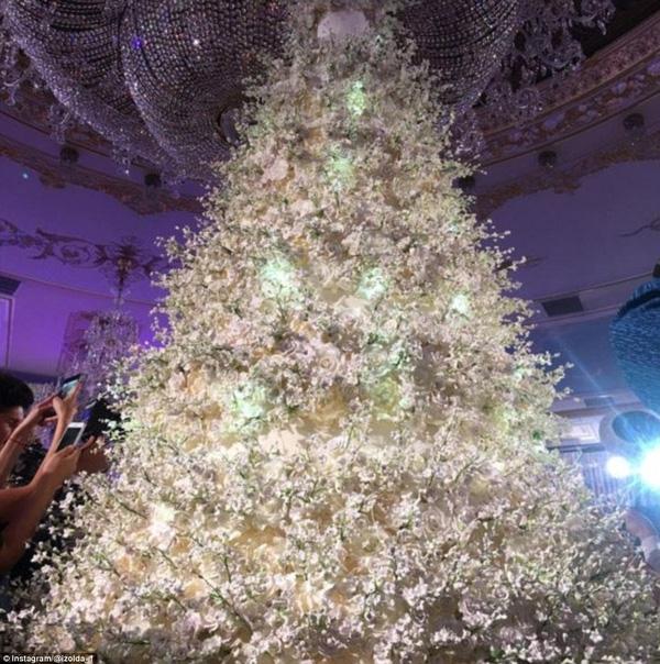 Chiếc bánh cưới được trang trí cầu kỳ và trở thành điểm nhấn không thể bỏ qua của cả đám cưới này.