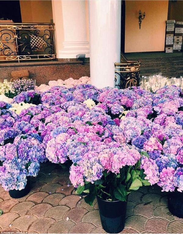 Đám cưới có rất nhiều hoa tươi nên số tiền dùng để chi cho khoản này cũng thuộc dạng hàng khủng.