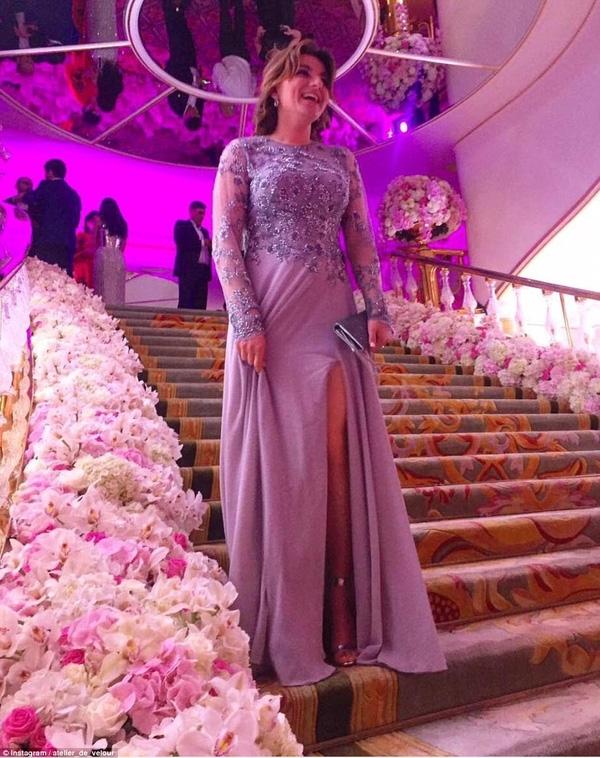 Các khách mời cười tươi rói vì được dự một đám cưới gây choáng váng mang tầm cỡ quốc tế.