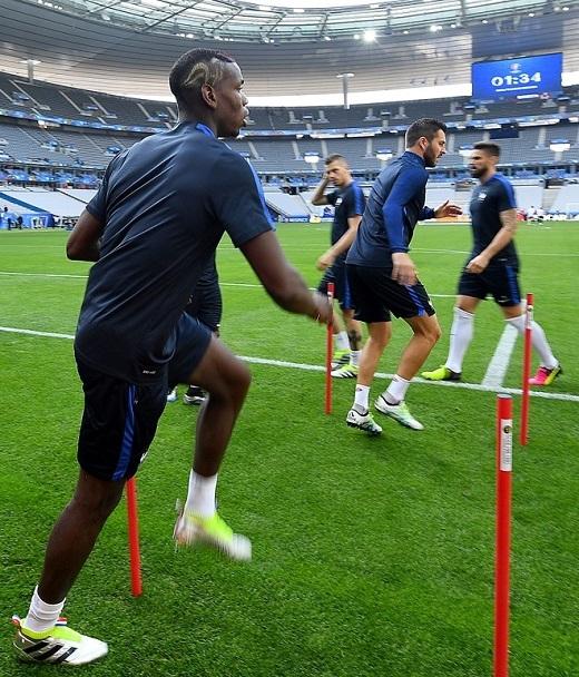 Trong buổi tập trên sân Stade de France, tiền vệ Paul Pogba xuất hiện với kiểu tóc hình logo là chú gà trống Gaulois.