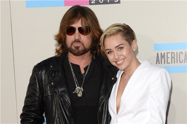 Miley cùng cha - ngôi sao nhạc đồng quê Billy Ray Cyrus. (Ảnh: Internet)