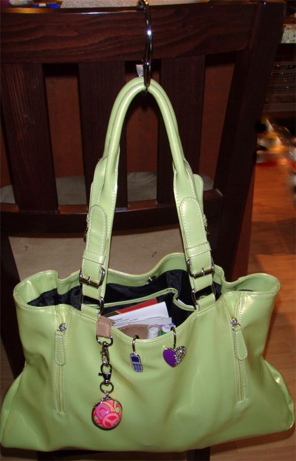 Hãy chuẩn bị sẵn một chiếc móc chuyên để máng túi xách để tránh túi dễ bị rơi khi được máng trực tiếp lên lưng ghế nhé.