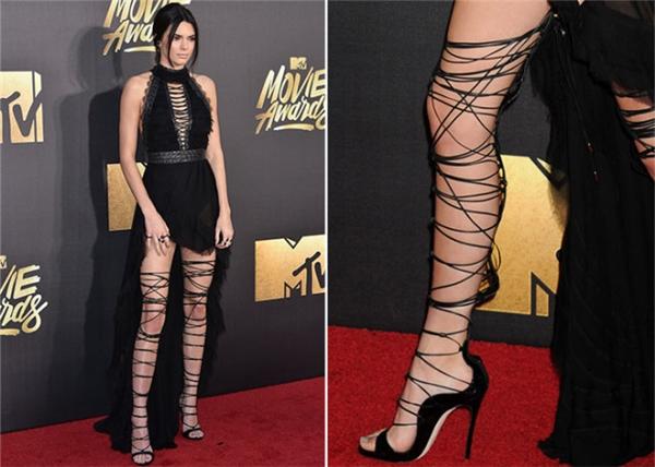 Kendall Jenner cũng từng khổ sở khi diện đôi giày có thiết kế tương tự. Sau khi cở ra, phần dây quấn để lại những vết hằn sâu trên da thịt và đỏ tấy.