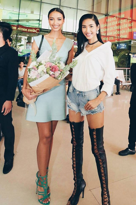 """Trong buổi ra đón Hoa hậu Pháp đến Việt Nam trình diễn vừa qua, Quán quân Vietnam's Next Top Model 2011 cũng gây ấn tượng với đôi giày có thiết kế cầu kì. Tuy nhiên, nhiều ý kiến cho rằng sự kết hợp này của Hoàng Thùy có vẻ hơi """"lố"""" và không phù hợp."""