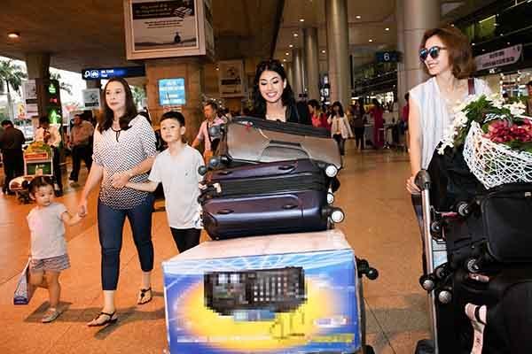 Trong chuyến bay cùng mẹ và Bảo Nam về nước lần này, có sự tháp tùng của em gái Jennifer Phạm.