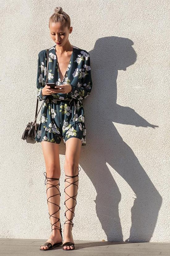 Hằng Nguyễn lại chọn sandal có phần đế bằng để dễ di chuyển. Sự thanh thoát, nhẹ nhàng của món phụ kiện vô cùng phù hợp với bộ trang phục.
