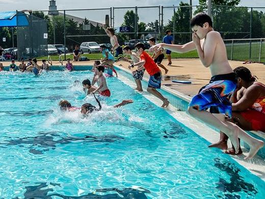 Cha mẹ phải luôn để mắt đến trẻ trong lúc bơi. (Ảnh: Internet)