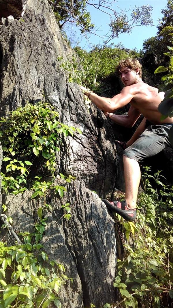Qua tìm hiểu, được biết, Aiden Webb là người ưa hoạt động, thích những trò mạo hiểm, đặc biệt là leo núi. Trên trang cá nhân của anh thường xuyên cập nhật hoạt động du lịch ở nhiều nơi trên thế giới