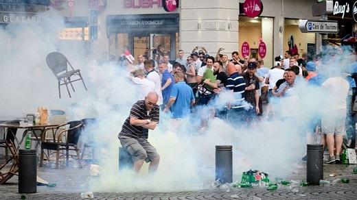 Chỉ 1 ngày sau, các hooligan Anh tiếp tục đụng độ với CĐV của đội Nga và thậm chí là cả cảnh sát. Theo lời kể của một số nhân chứng có mặt ở vụ ẩu đả, các hooligan Anh không hề e sợ cảnh sát Pháp. Họ ném chai lọ và chửi rủa lực lượng an ninh nước chủ nhà thậm tệ.