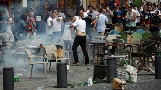 """Liên đoàn bóng đá Anh mới đây đã phải lên tiếng xin lỗi về cách hành xử của CĐV nước nhà: """"Chúng tôi thực sự thất vọng vì cảnh tượng xảy ra ở Marseille và cực lực lên án những hành vi phá rối. Chúng tôi đang tích cực làm việc cùng cơ quan chức năng để xác định danh tính những kẻ gây rối."""""""