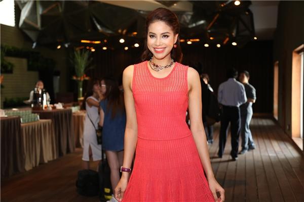 Phạm Hương đằm thắm trong chiếc váy xòe có tông màu đỏ hổng ngọt ngào. Gần đây, Hoa hậu Hoàn vũ Việt Nam 2015 ngày càng chuộng diện đồ hiệu.