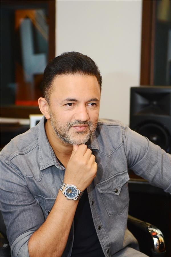 RedOne là một trong những nhà sản xuất âm nhạc, nhạc sĩhàng đầu thế giới, từng nhiều lần giành được giải Grammy, với 35 bài nhạc đứng số 1 bảng xếp hạng Top Ten.