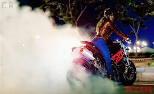 Nữ biker siêu chất, siêu quyến rũ khiến cư dân mạng mê đắm