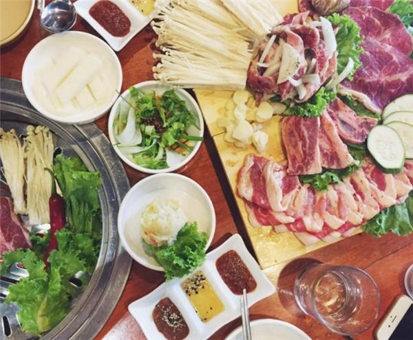 Không chỉ lòng thôi đâu, thịt và sườn nướng kiểu Hàn ở đây cũng được rất nhiều người yêu thích. (Ảnh: Internet)
