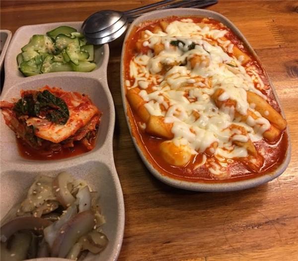 Cơm rang kim chi, tokbokki phô mai là món ăn được ưa chuộng tại đây.(Ảnh: Internet)