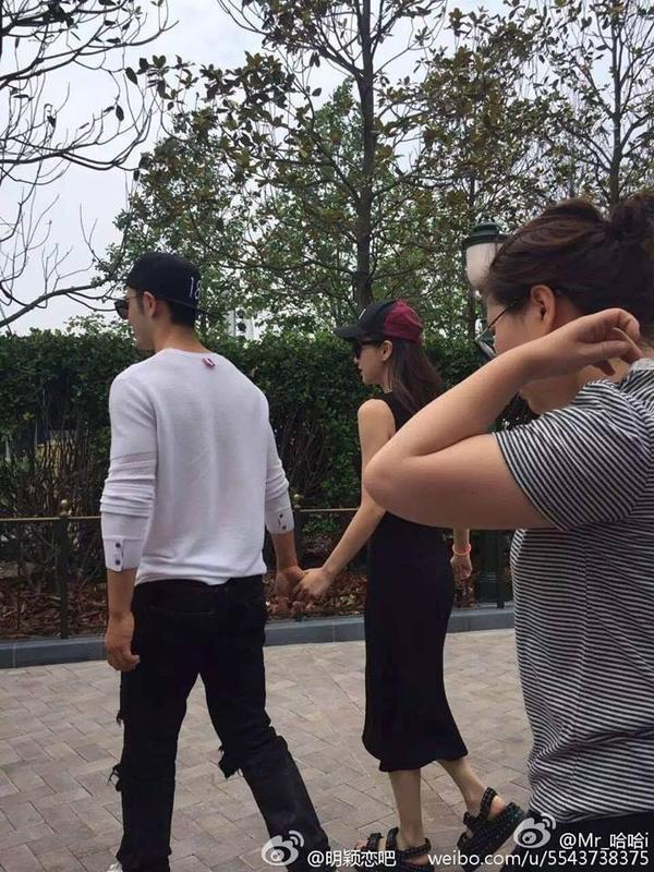 Những hình ảnh của vợ chồng Huỳnh Hiểu Minh tại Disneyland được một cư dân mạng chia sẻ trên mạng xã hội. Được biết, những ngày qua, Angelababy đang ở Thượng Hải để tham gia LHP tại đây. Đúng dịp này, Huỳnh Hiểu Minh cũng không phải quay phim. Vì có nhiều thời gian ở bên nhau hơn sau những ngày tháng bận rộn nên vợ chồng tài tử họ Huỳnh đã rủ nhau đi chơi.
