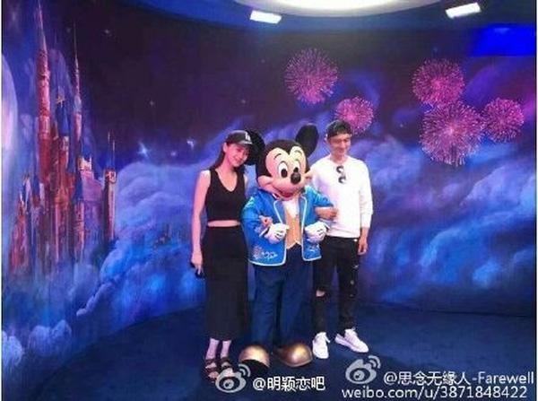 Huỳnh Hiểu Minh và Angelababy thích thú chụp hình với chuột Mickey. Cư dân mạng chia sẻ loạt hình này còn tiết lộ đã bắt gặp cặp đôi hôn nhau.