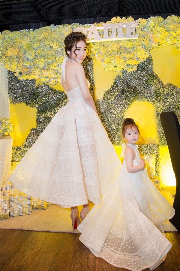 Elly Trần diện váy dạ hội khoét tay gợi cảm.
