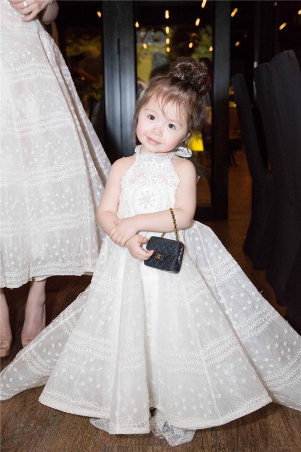 Cadie đáng yêu khi mang theo một chiếc túi phiên bản mini giống mẹ.