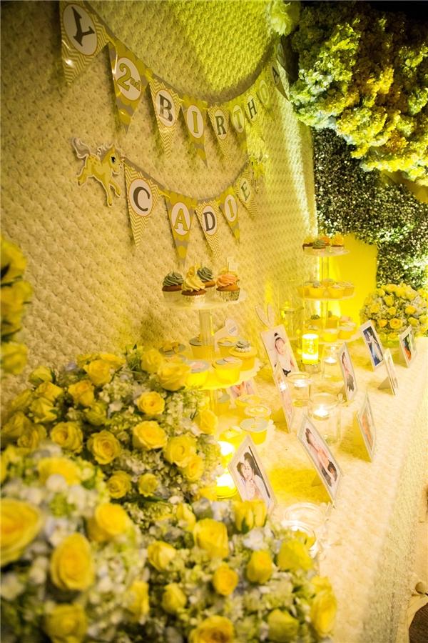 Màu vàng chủ đạo là màu sắc yêu thích của cả hai mẹ con.