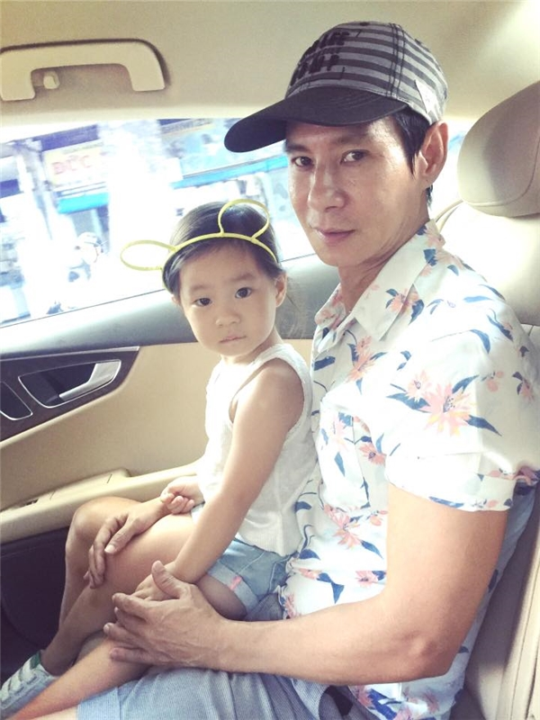 """Minh Hà chia sẻ hình ảnh hai cha con Lý Hải - Cherry với dòng chú thích:""""Mỗi cô gái có thể không phải là nữ hoàng của chồng mình nhưng luôn là công chúa của cha họ."""""""