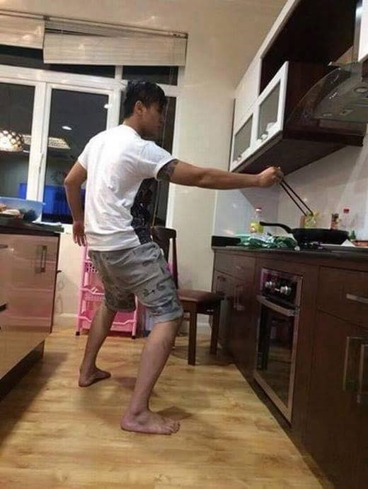 Khi anh ấy rán đồ ăn thì người luôn trong tư thế chuẩn bị...chạy. (Ảnh: Internet)