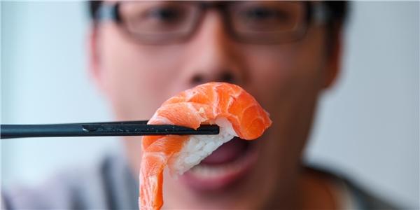 #7 Nhiều người cho rằng sushi thì phải ăn bằng đũa, nhưng điều này còn tùy. Đàn ông có thể dùng ăn sushi bằng cách bốc tay.(Ảnh: Internet)