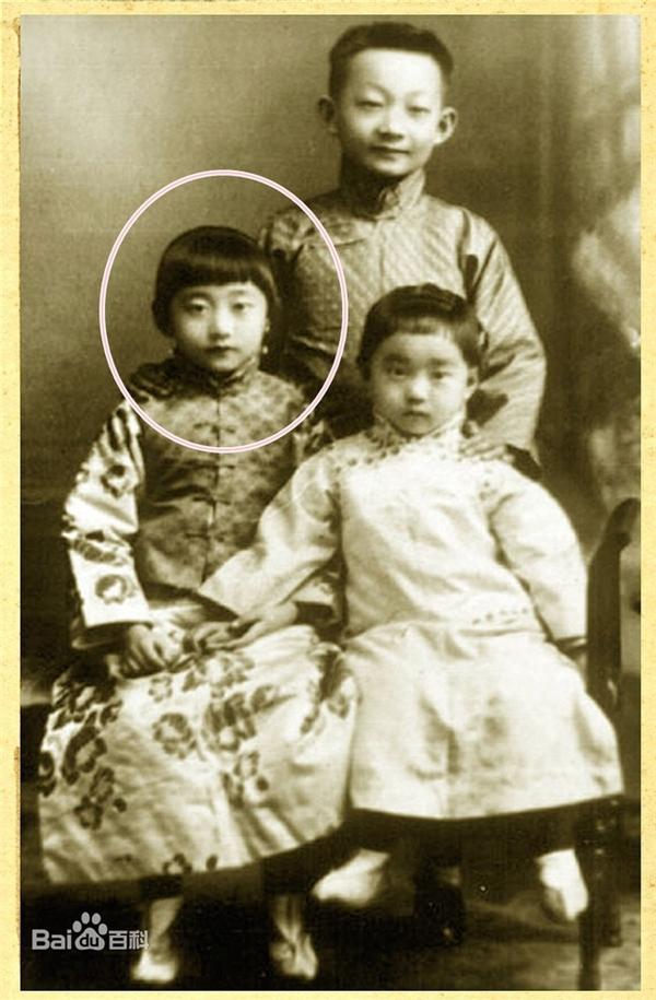 Vương Mẫn Đồng là con gái của Hoàn Nhan Lập Hiền và Cách Cách Ái Tân Giác La Hằng Huệ.