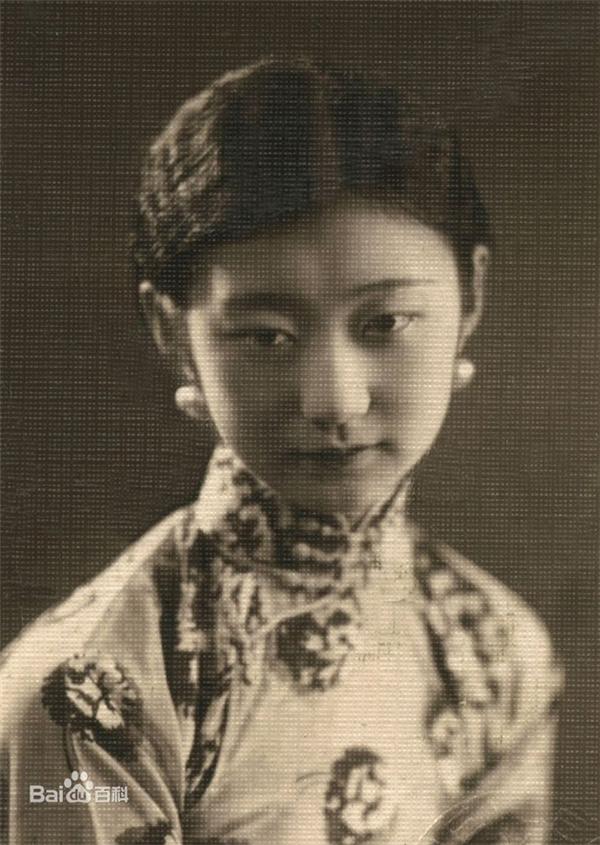 Vương Mẫn Đồng sở hữu gương mặt thon thả, làn da trắng mịn không tì vết.