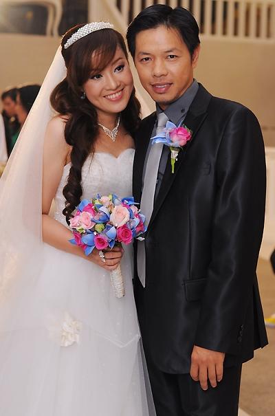 Đầu năm 2012,nam diễn viên có lễ cưới đầm ấm với cô dâu xinh đẹp Hồng Thu, người sát cánh bên anh hơn 4 năm qua. Sau nhiều thăng trầm trong chuyện tình cảm, chị Hộicủa Để mai tính đãtìm được bến đỗ bình yên. - Tin sao Viet - Tin tuc sao Viet - Scandal sao Viet - Tin tuc cua Sao - Tin cua Sao