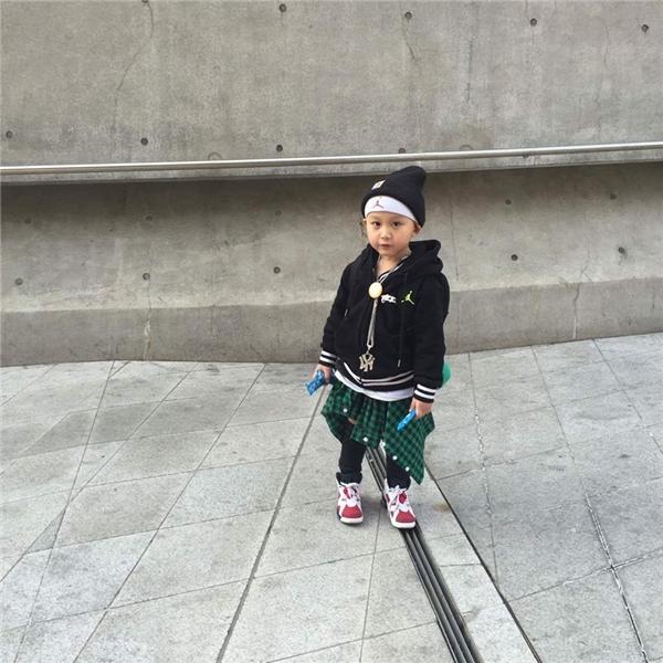 """Được biết, hiện nay Tae Eun đang là gương mặt mẫu nhí cho khá nhiều hãng thời trang trẻ em. Với biểu cảm gương mặt phong phú, cộng với mái tóc xoăn đặc trưng, cậu bé con này đã """"đốn tim"""" khá nhiều bà mẹ trẻ cũng như con gái họ.(Ảnh: IG)"""