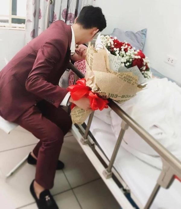 Đôi khi một bó hoa hồng ngọt ngào khi vợ nằm trên giường bệnh cũng là thứ khiến tim vợ xao xuyến suốt nhiều ngày sau đó.