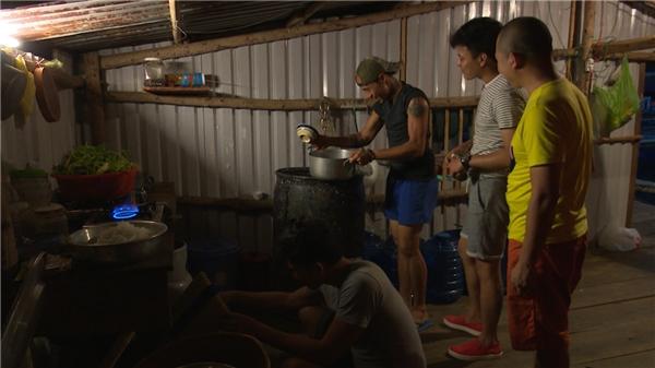 Những người chađảm đang của showbiz Việt cặm cụi nhóm bếp và cùng nhau nấu ăn.