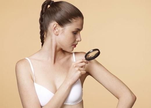 Kiểm tra da là việc bạn chú ý từng đốm nhỏ trên cơ thể, từ tàn nhanh đến nhưng nốt ruồi có tuổi.