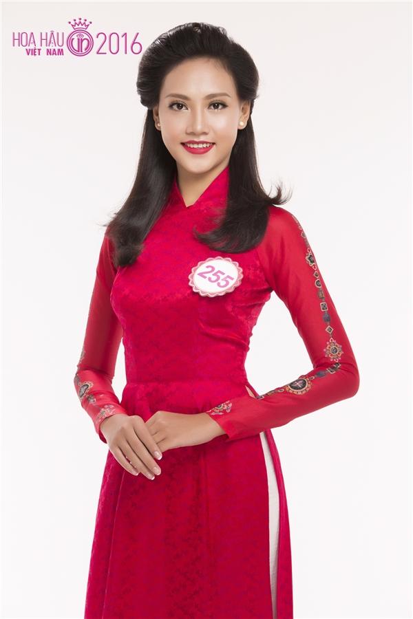 Thùy Trang, cô gái sở hữu chiều cao ấn tượng 1m80. Thùy Trang sinh năm 1997 và hiện đang là sinh viên. Cô từng tham gia Hoa hậu Hoàn vũ Việt Nam 2015.