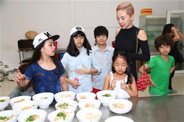 """Sau đó, các bé tíu tít nhanh chóng làm vệ sinh cá nhân, """"lên đồ"""" gọn gàng để cùng nhau đến canteen của chương trình ăn bữa sáng cùng cô Tiên."""