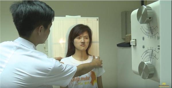 Cô được các chuyên gia kiểm tra gương mặt trước khi quyết định phẫu thuật.(Ảnh: Cắt clip)