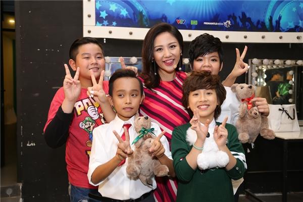 Các bé chụp ảnh cùng giám khảo Văn Mai Hương - Tin sao Viet - Tin tuc sao Viet - Scandal sao Viet - Tin tuc cua Sao - Tin cua Sao