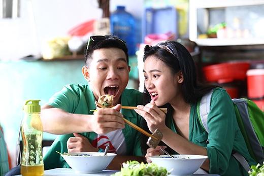 """Cùng nhau thưởng thức món ăn đặc trưng - Bún bò Huế, với sự ngon """"không cưỡng lại được"""" nàythì C-Tut và Trúc Mây đành phải giành nhau những phần ngon nhất của tô bún bò chính gốc xứ Huế."""