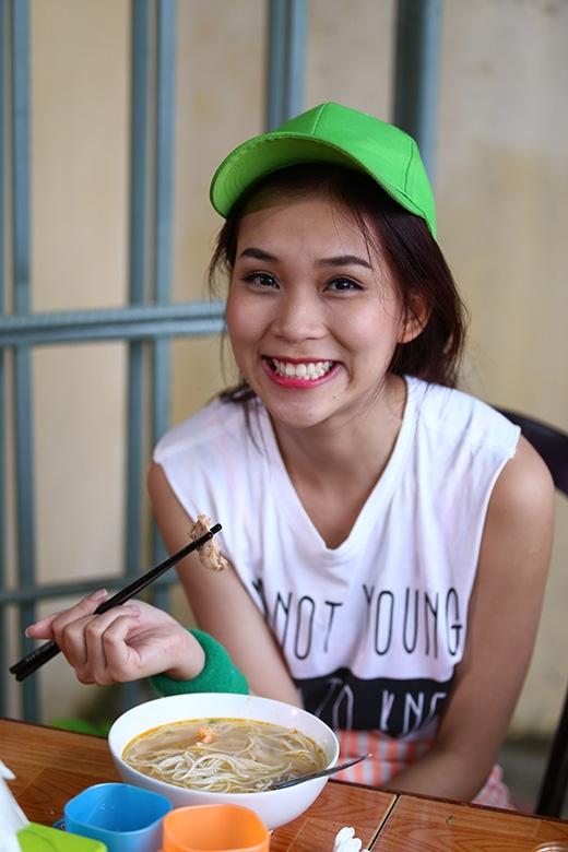 Dù thấm mệt nhưng Phương Ti Ti vẫn luôn nở nụ cười thật tươi khi được thưởng một tô thức ăn thật ngon