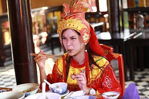 """Phương Ti Ti cùng biểu cảm khó đỡ khi được ăn món cung đình nhưng vẫn giữ được nét đáng yêu của cô """"công chúa"""" hoàng tộc đúng không nào?"""