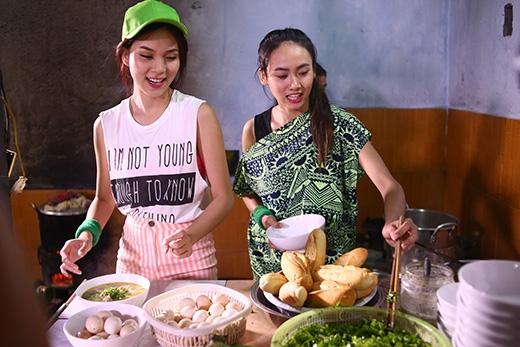 Ngoài ra, hai cô nàng còn trổ tài nấu nướng với một món ăn đặc sản vùng đất Quảng Bình.