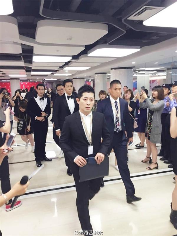 Ăn vận bảnh bao, đầu tóc bóng mượt, T.O.P (Big Bang) lại là thanh niên nhọ nhất LHP Thượng Hải