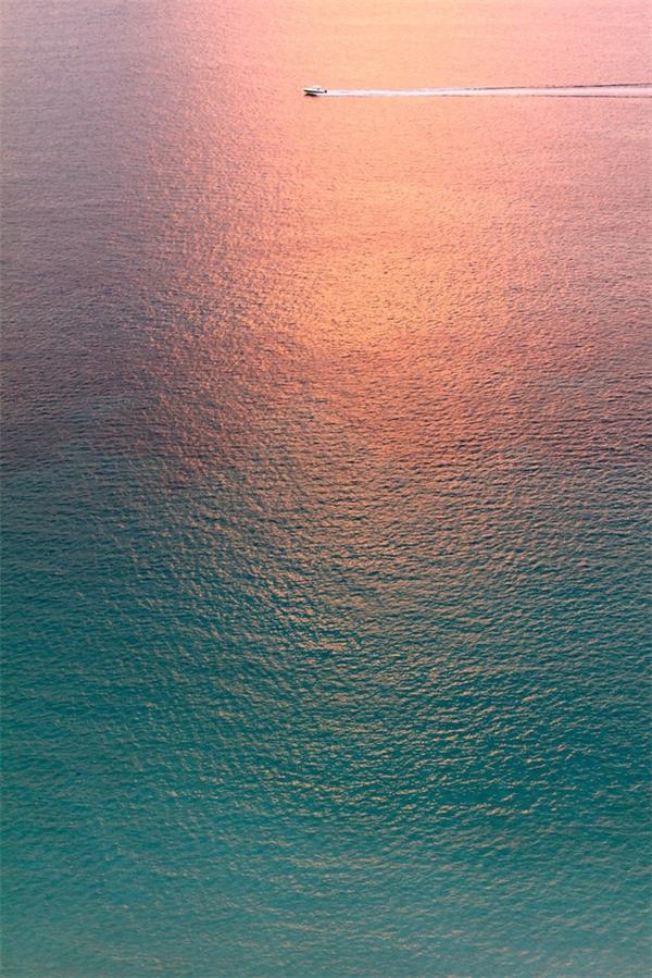 7. Nhìn tấm ảnh này xong chỉ muốn lao ra biển ngay lập tức.