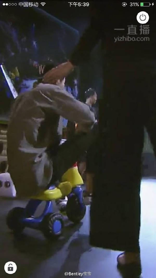 """Tối ngày 11/6 vừa qua, buổi họp fan của Song Joong Ki tại Hồng Kông đã diễn ra tốt đẹp, gây được thiện cảm trong lòng người hâm mộ. Xuất hiện trên chiếc xe dành cho trẻ em, Joong Ki khiến fan vô cùng bất ngờ vì sự hài hước của anh. Diện trang phục thể thao với mũ đội ngược, nam diễn viên """"Hậu duệ của mặt trời"""" vui vẻ chào hỏi và bắt đầu cuộc trò chuyện với người hâm mộ."""