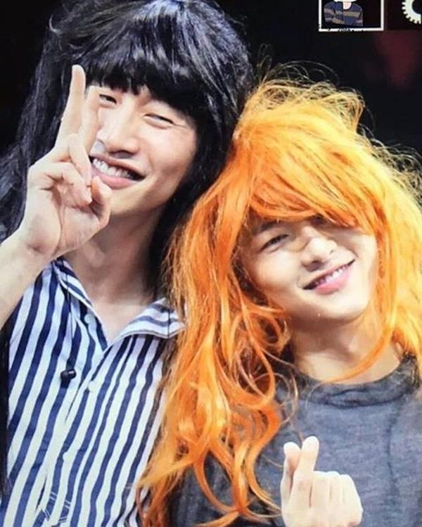Điều đặc biệt hơn nữa là màn đội tóc dài, giả gái của hai anh chàng Song Joong Ki và Lee Kwang Soo. Ai cũng phải bật cười vì bộ dạng này của họ.