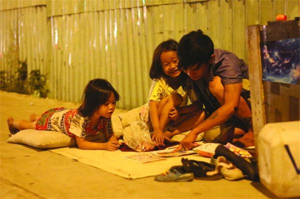 Lẽ ra, ba cha con Huyền - Thoại ở vỉa hè đã có cuộc sống tốt hơn sau khi nhận trợ giúp từ cộng đồng. Nhưng kết cục là cảnh chia lìa của cả ba khiến ai cũng thấy tiếc cho họ - Ảnh: Tuổi Trẻ.